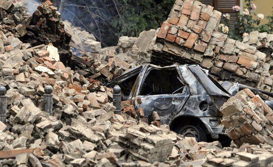 Macchina coperta dalle macerie del terremoto