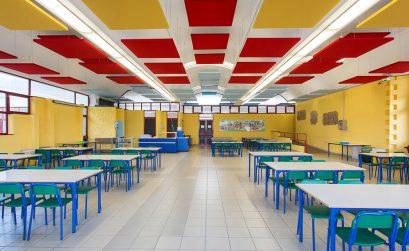 Pannelli Phonolook sul soffitto della mensa della scuola padovana