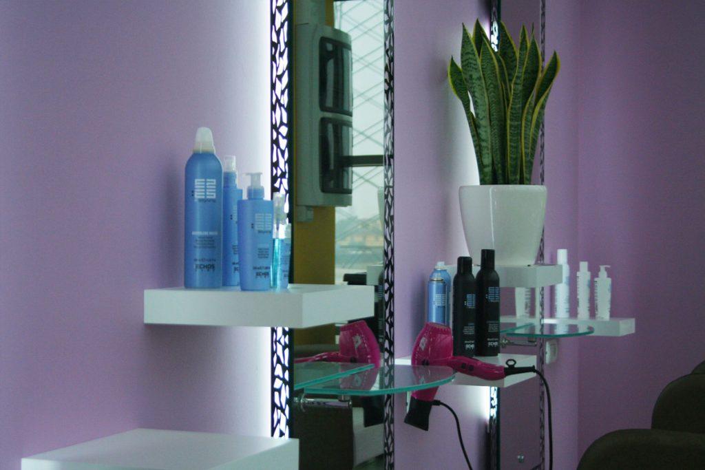 Lavabo su parete viola