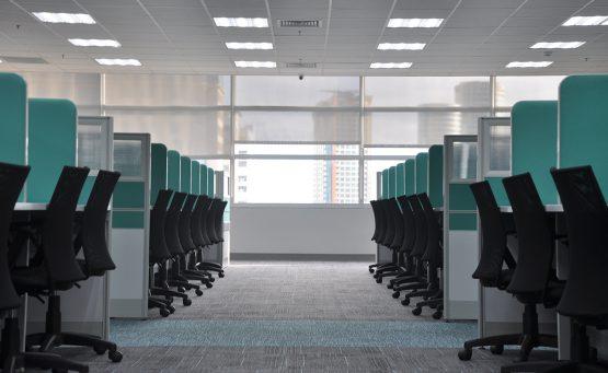 Ufficio vuoto con pannelli divisori