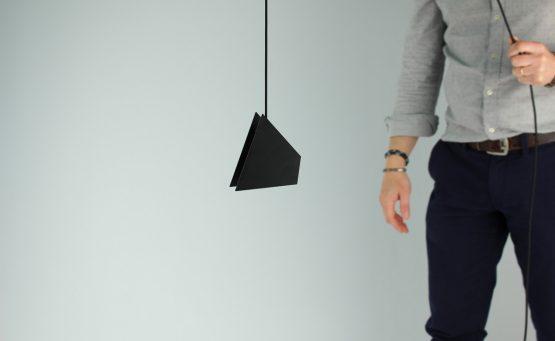Lampada sospesa tramite un cavo da una persona
