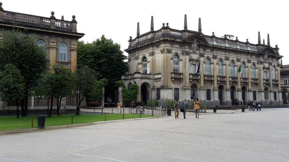 Politecnico di Milano visto dal giardino anteriore