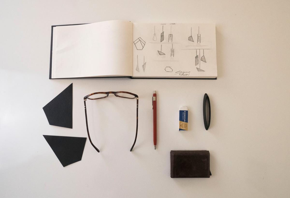 Sketch su un quaderno di alcune bozze della lampada