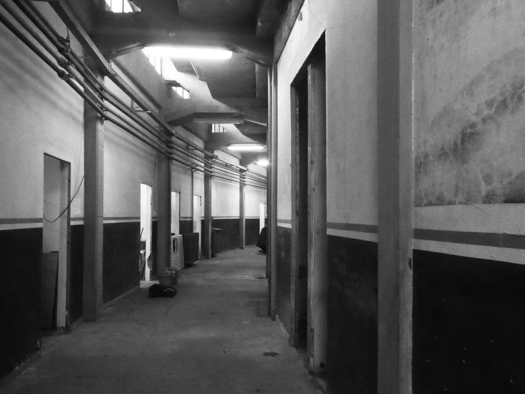 Corridoio con varie stanze ad ogni lato