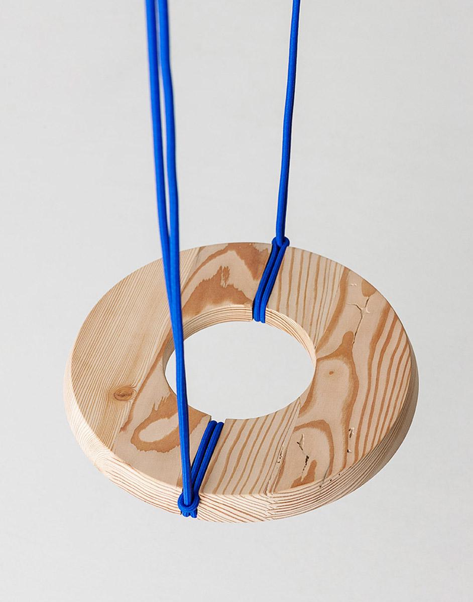 Altalena formata da un anello di legno e legata con delle corde