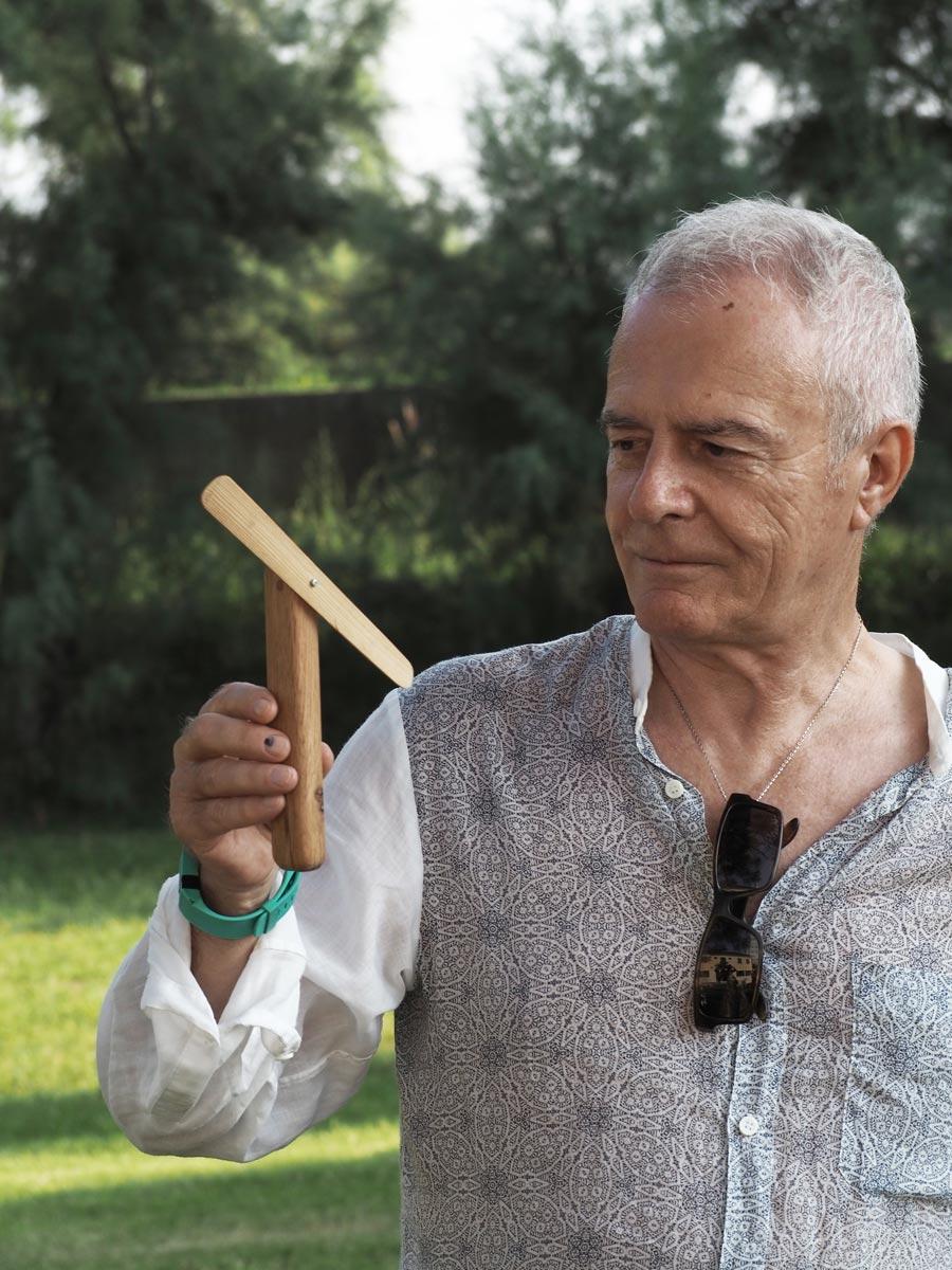 Luciano Marson con in mano l'oggetto Elica