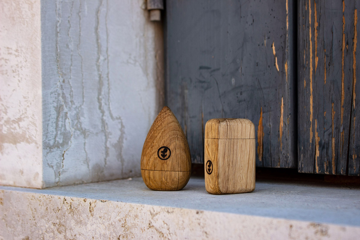 Due porta pillole in legno poggiati su una scalinata