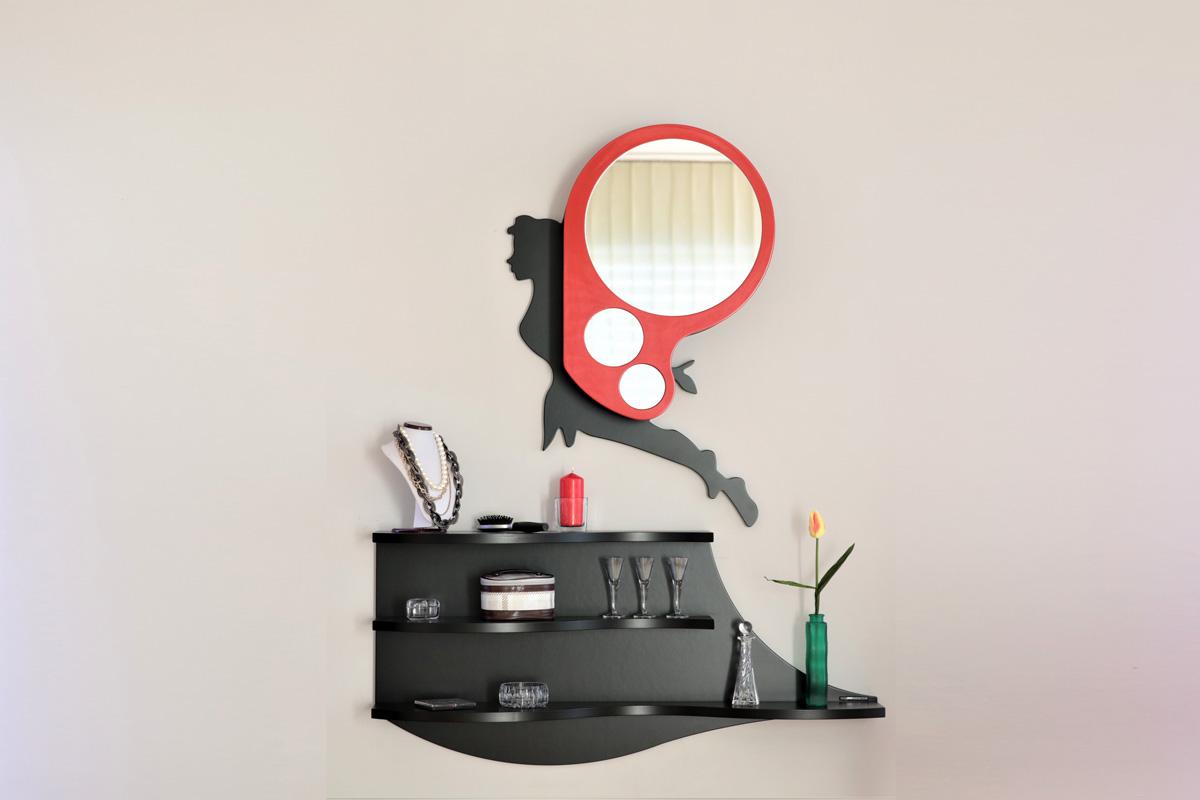 Mensola nera con sopra uno specchio che richiama la forma di una fata
