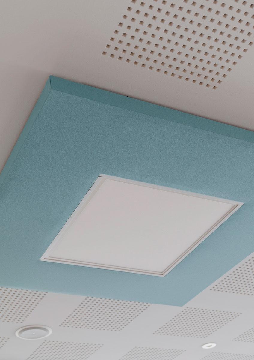 Phonolook quadrato blu installato sul soffitto