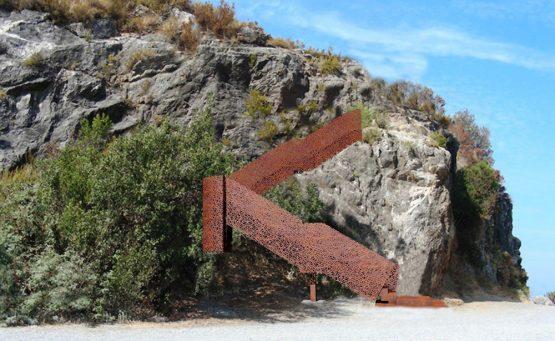 Struttura in acciaio corten che porta dal parcheggio alla spiaggia dell'Arcomagno