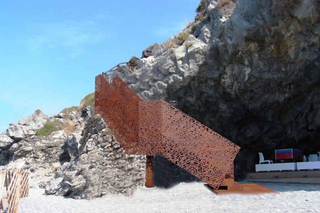Scala in acciaio corten sulla spiaggia