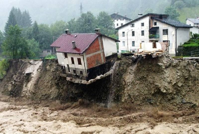 Edificio che sta crollando a causa di una frana