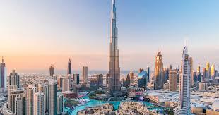 Il grattacielo di Burj Khalifa nello skyline di Abu Dhabi