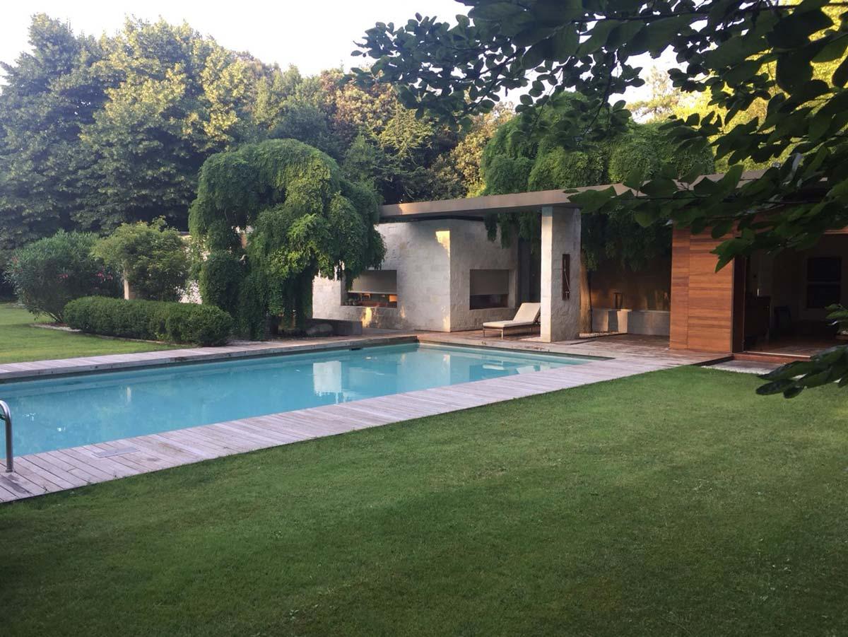 Giardino con piscina al centro