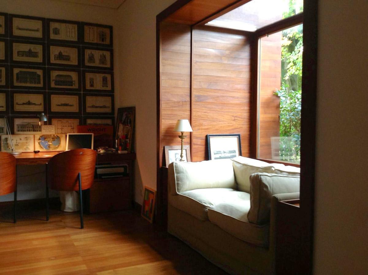 Interno di una stanza in legno con un muro decorato con dei quadri
