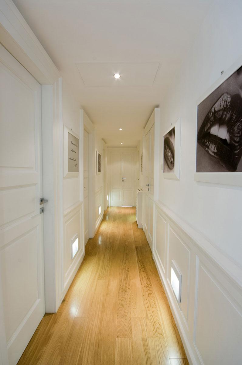 Corridoio bianco con pavimento in legno