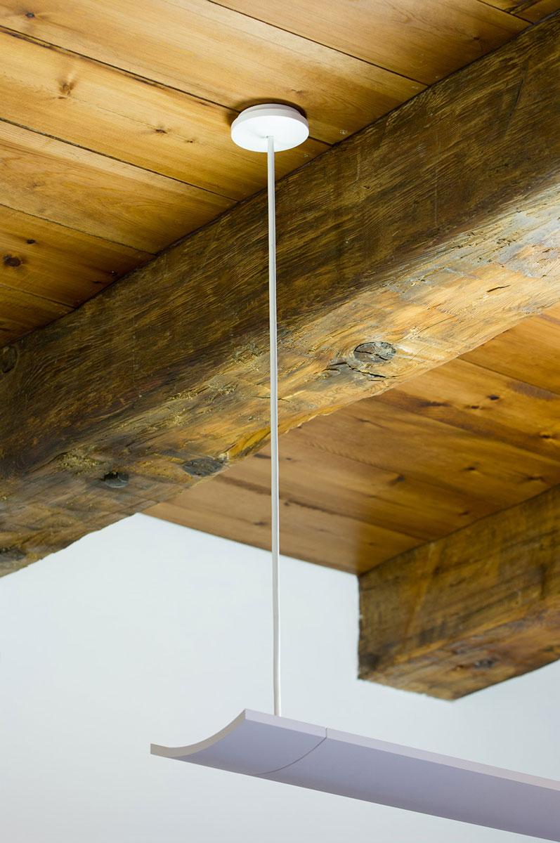 Lampadario attaccato ad un soffitto in travi di legno
