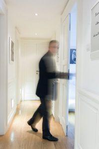 Domenico che percorre un corridoio