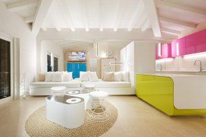 Soggiorno con vari mobili bianchi e alcuni inserti colorati