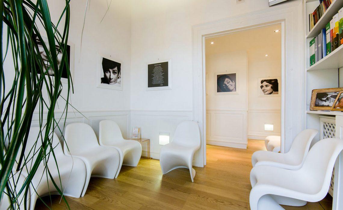 Sala d'attesa con alcune poltrone bianche