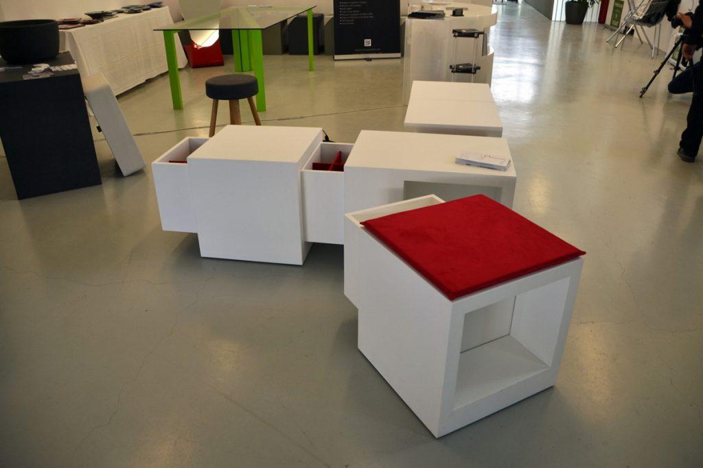 Un Domino bianco con cuscino rosso distaccato da una serie