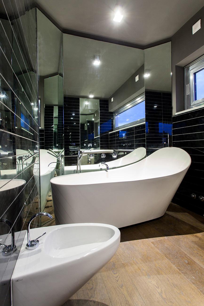 Bagno formato da un lavabo e in fondo una vasca da bagno