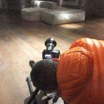 Luca Ippolito mentre fotografa un interno