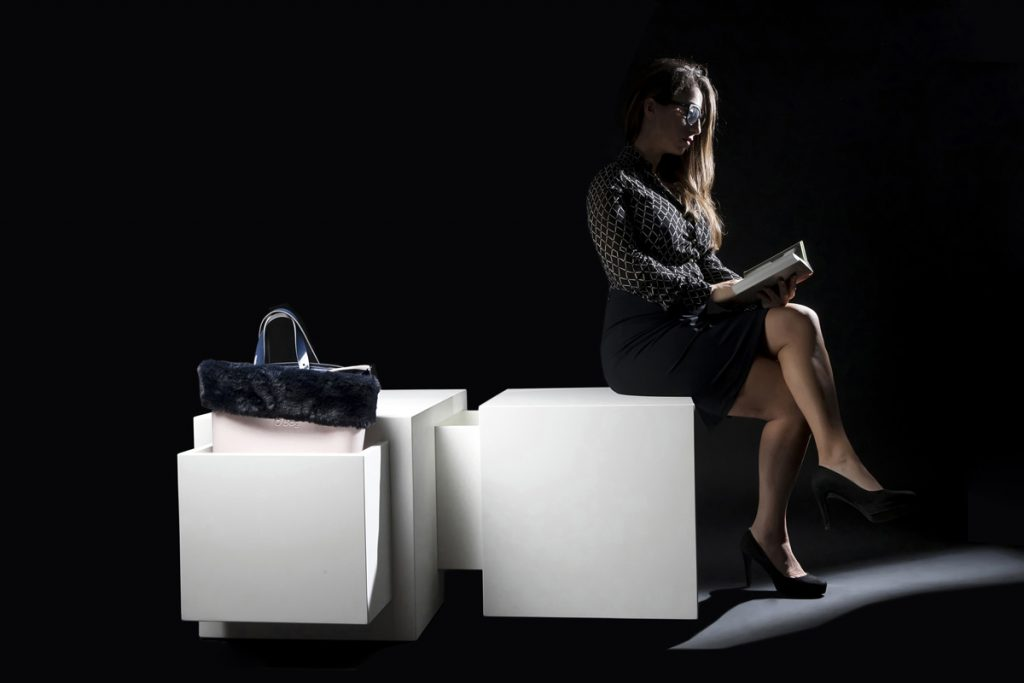 Ragazza seduta su Domino con la borsa inserita nel porta accessori