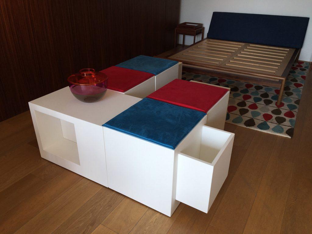 Alcuni domino con dei cuscini rossi e blu all'interno di una stanza da letto