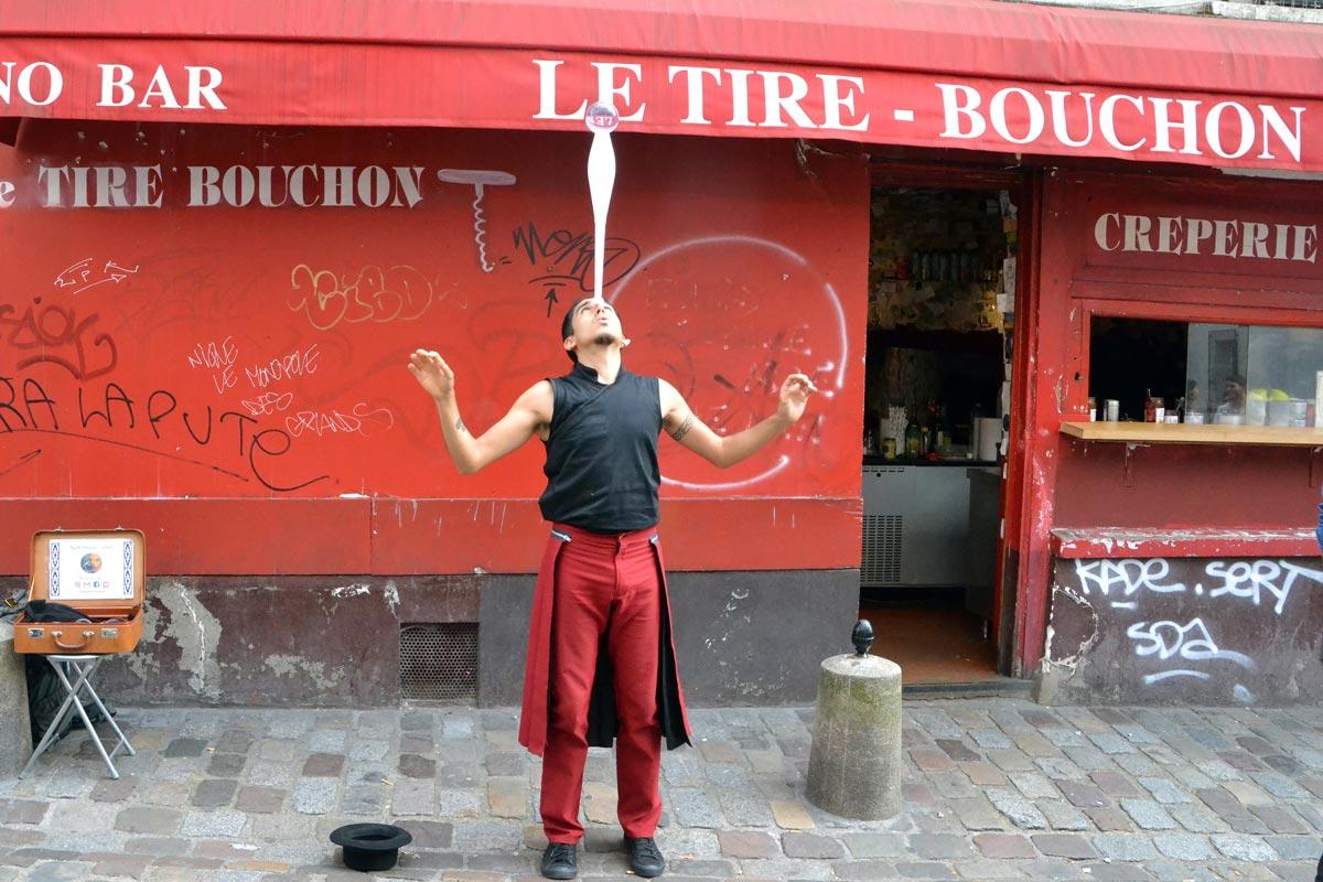 Artista di strada davanti ad un locale