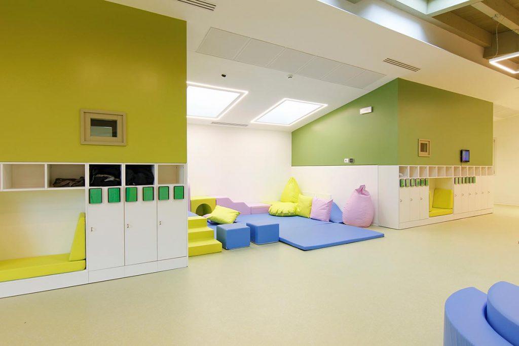 Sala giochi per bambini con tappeti in gomma
