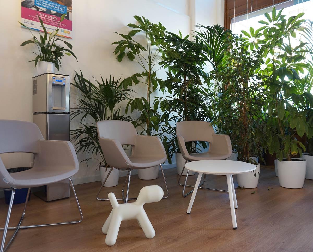 Sala d'attesa con sedute e spazio bimbi