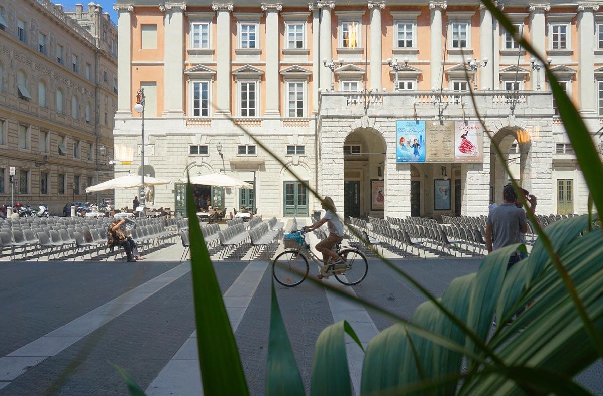 Vista dall'interno del negozio verso il teatro Verdi di Trieste