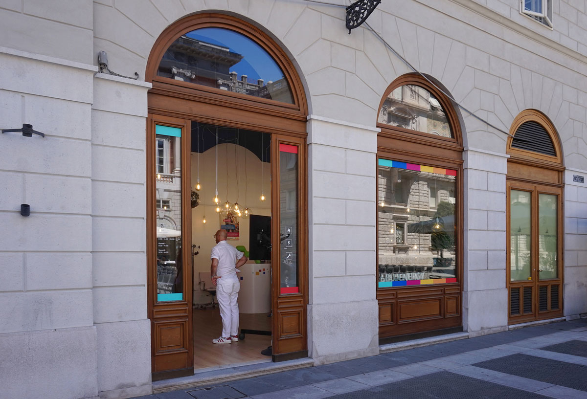Vista esterna del negozio con due ampie vetrate ad arco