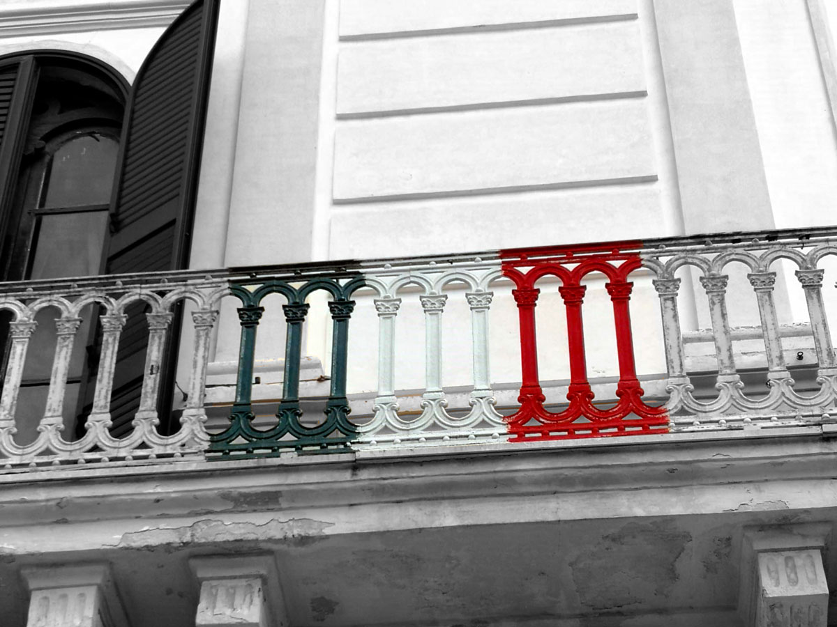 Photo of a balcony with the Italian flag painted on the railing
