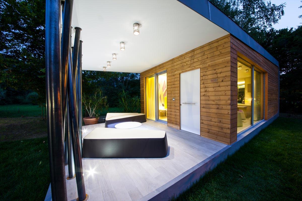 entrata del modulo abitativo con parete in legno e pavimento chiaro