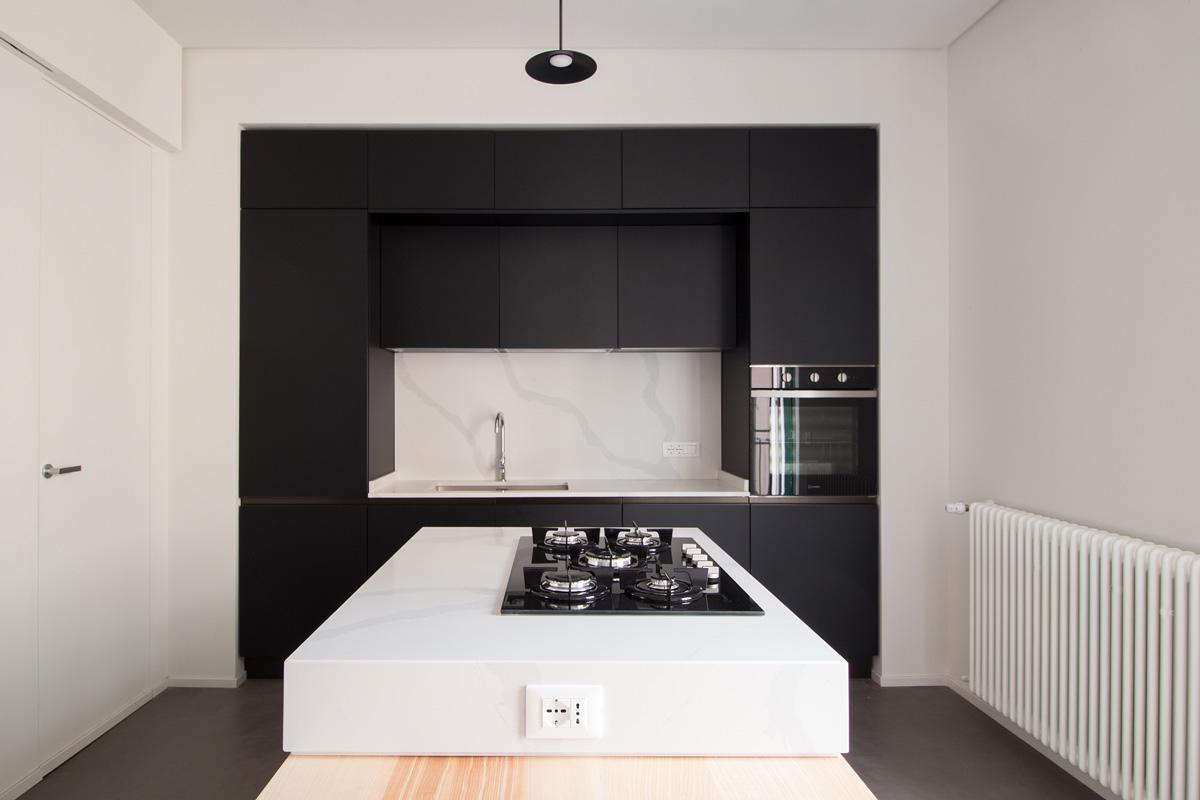 Cucina nera con isola bianca