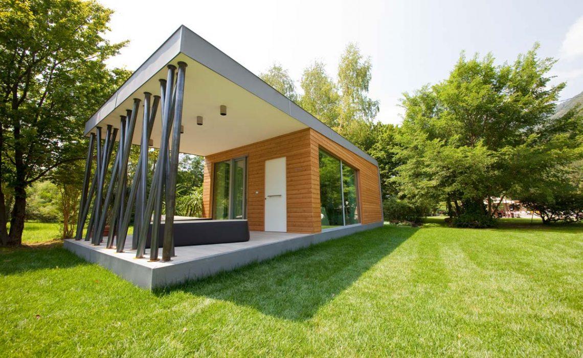 Vista esterna di una costruzione con giardino verde