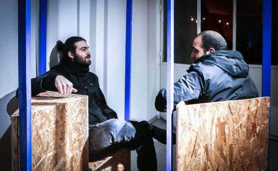 due persone parlano uno di fronte all'altro sedute su delle panche