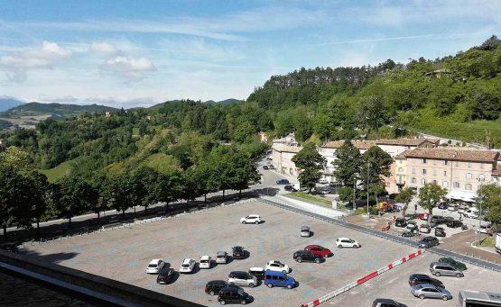 Vista area parcheggio con bosco intorno