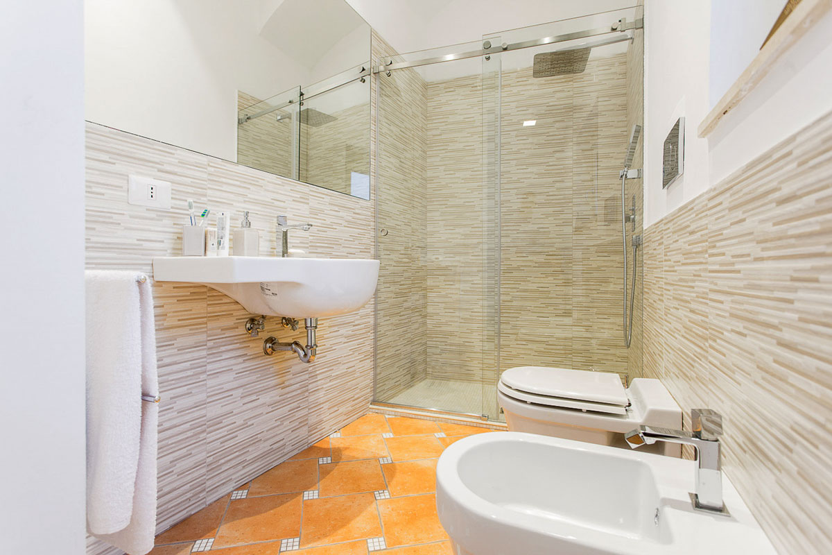bagno ospiti, sanitari e piatto doccia
