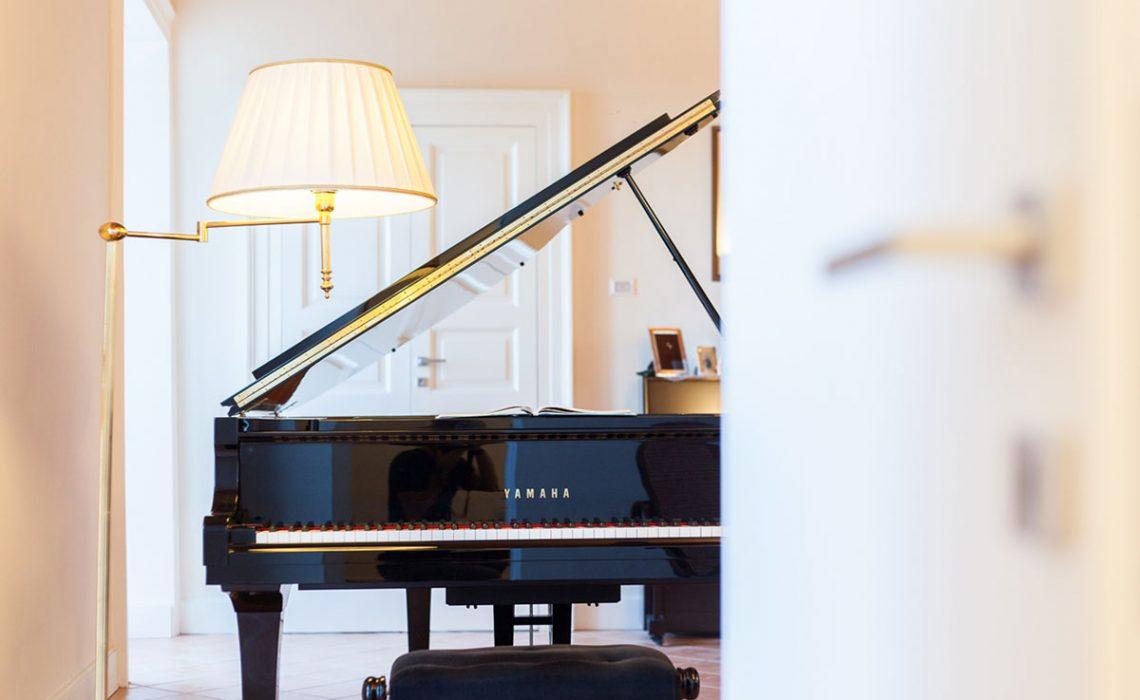 Pianoforte nero al centro della stanza