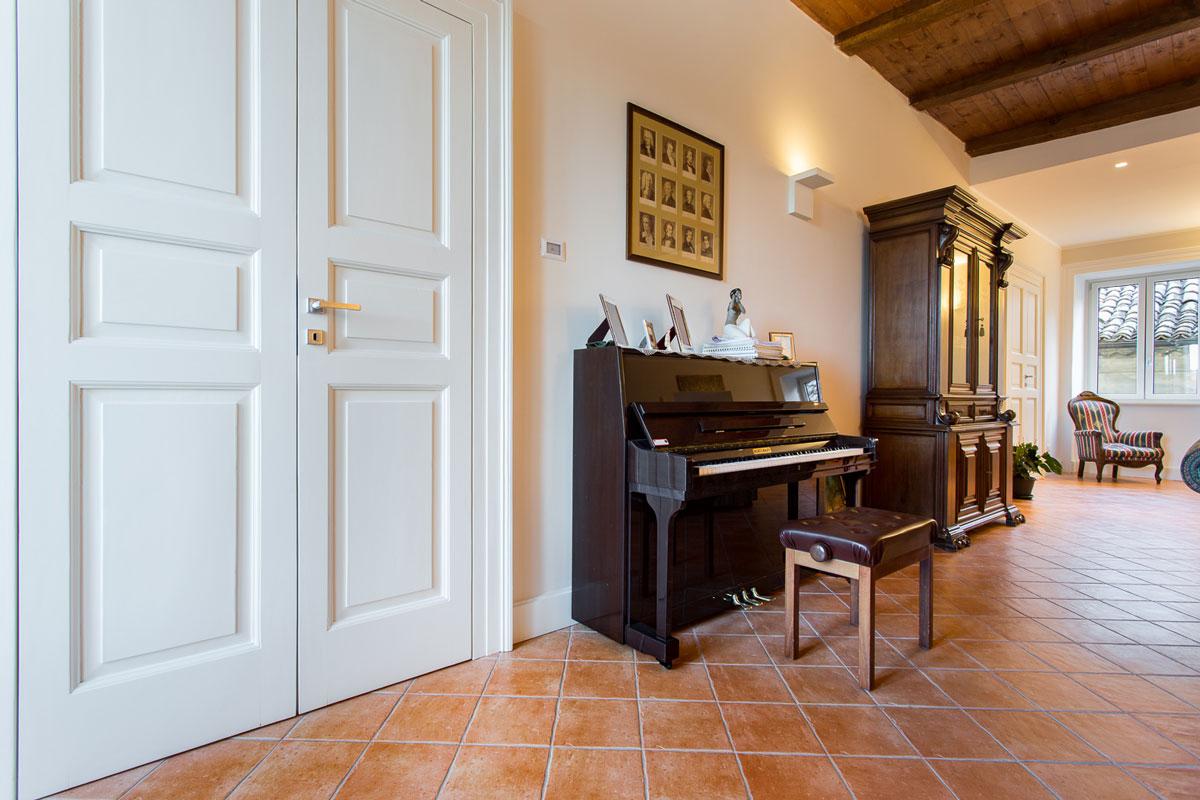 pianoforte a muro e mobile antico nel salone di rappresentanza