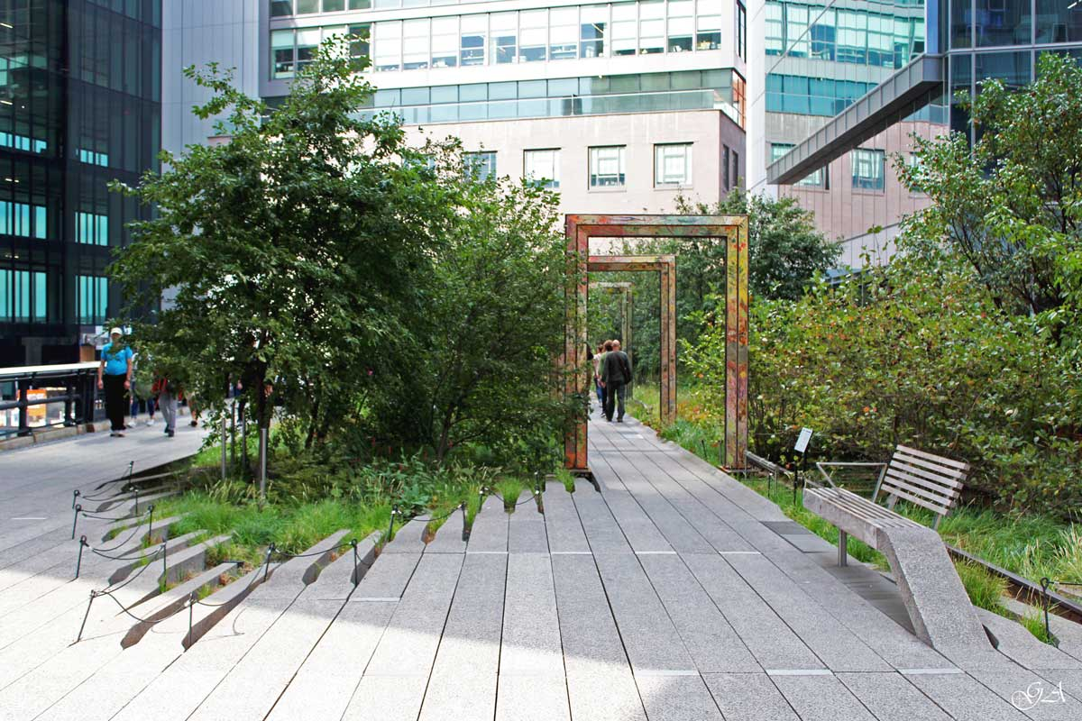 L'High Line di New York con area verde tra gli edifici