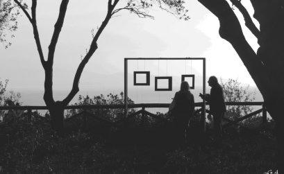 Foto in bianco e nero di persone che ammirano una struttura e il paesaggio