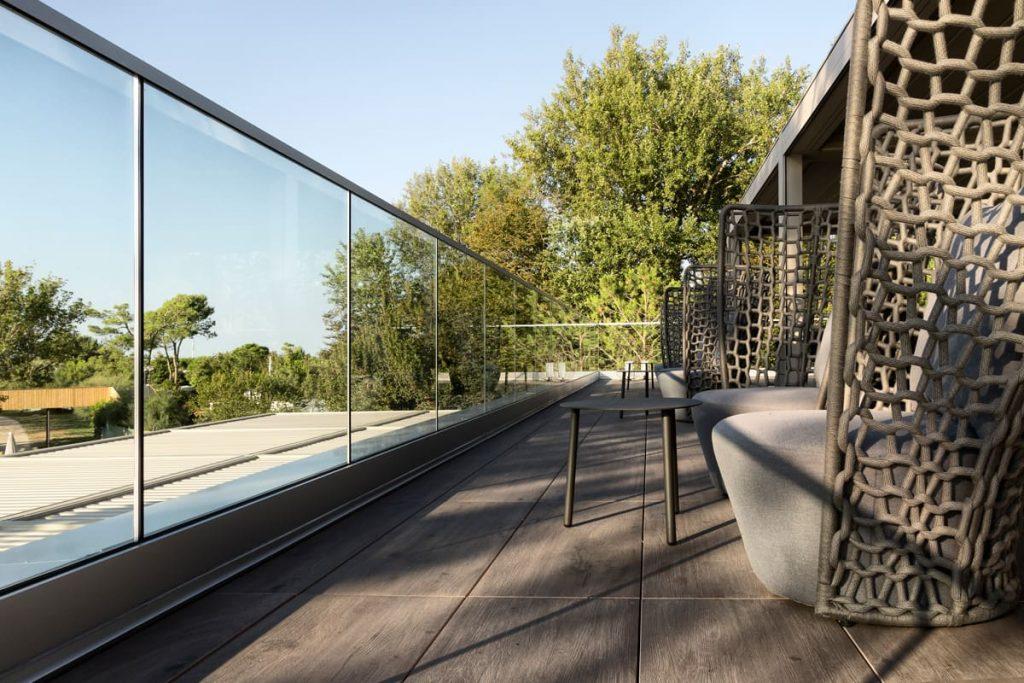 Tavolini su terrazza della piscina esterna