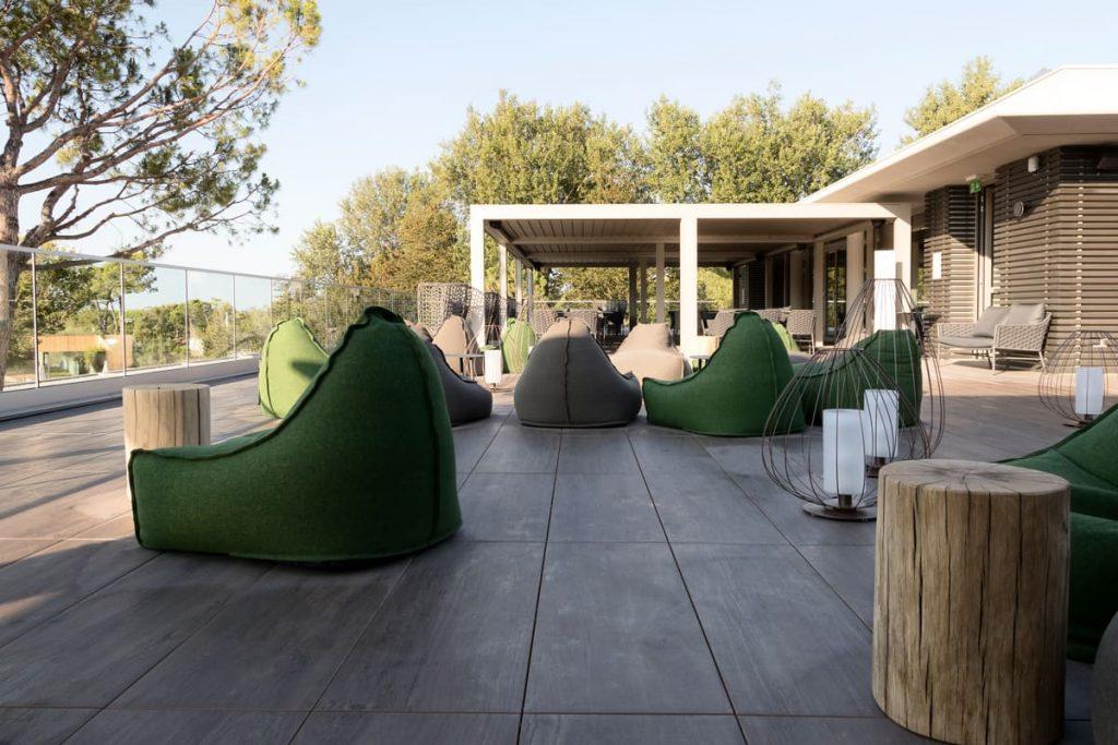 Poltrone a sacco verdi su solarium esterno piscina