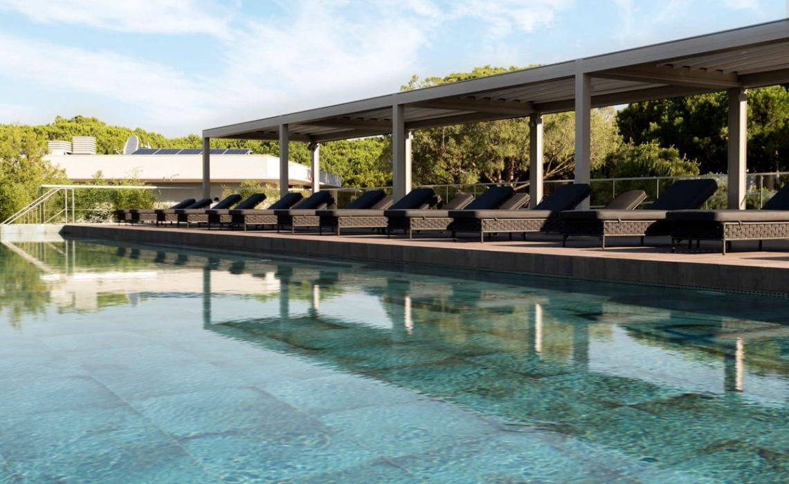 solarium esterno con piscina