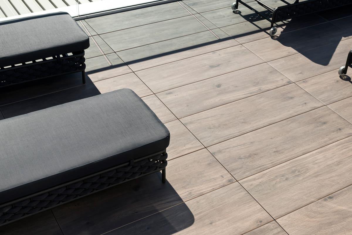 lettini sdraio sopra assi di legno marrone chiaro