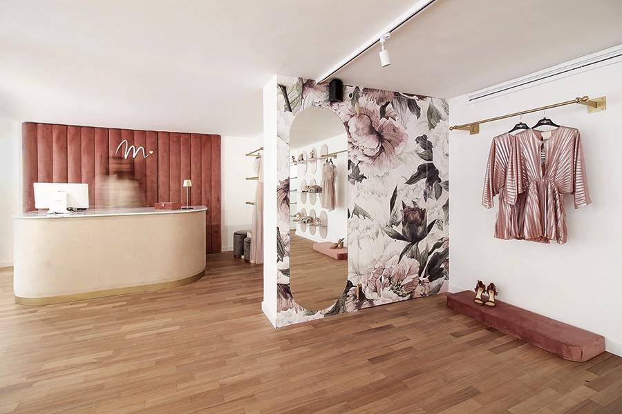 primo piano con muro con wallpaper floreali